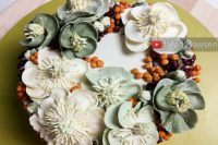 Hellebore & Winterberry Holly buttercream flower wreath cake tutorial video | ffeabysawsen