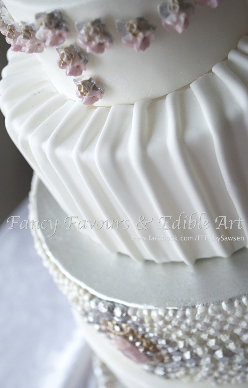 wedding cakes with jewels wedding cakes 1 fancy favours amp edible 26047